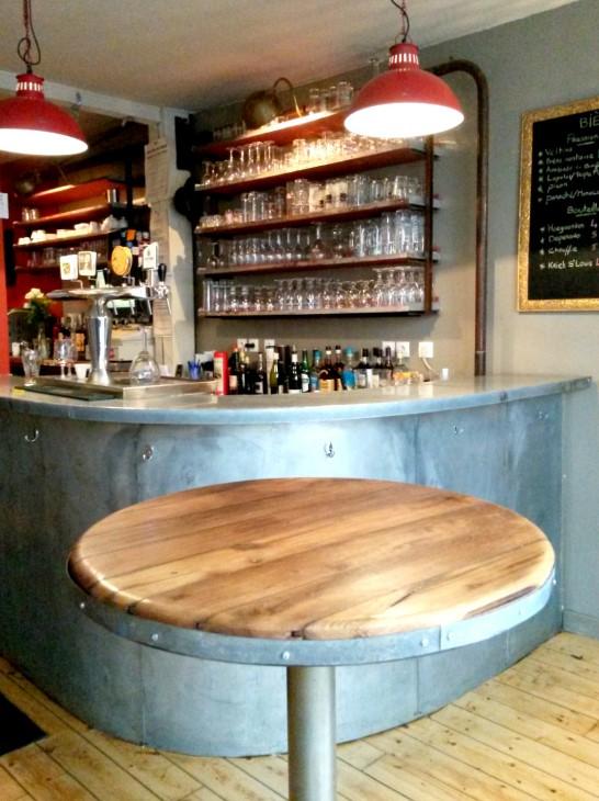 L\u0027agencement du bar, comprend une réalisation sur,mesure (en atelier) et  l\u0027installation, d\u0027étagères aux tendances industrielles, avec une finition  bois «